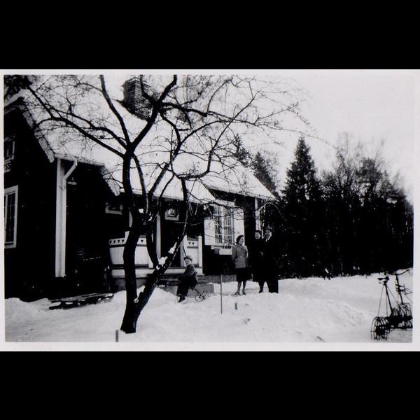 gammelfarmor Svea, ljus kappa, svägerska, bror, sonen tommy, banvaktstugan stäket, vinter ca 1952-53.jpg